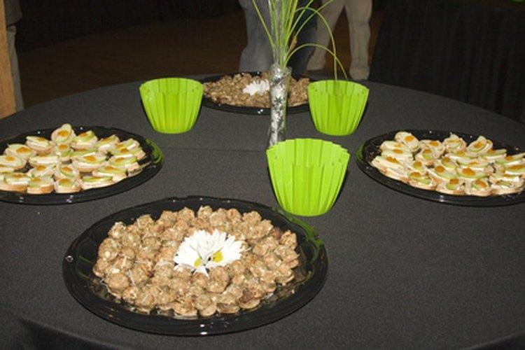 Un arreglo con comida hecho para una encantadora presentación de baby shower.
