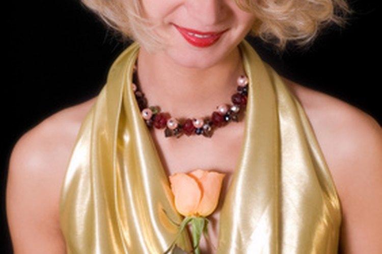 Múltiples hebras de perlas de color crean un aspecto dramático por la noche.