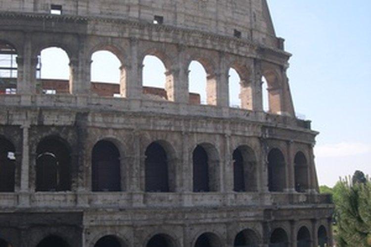 El coliseo romano se erige como uno de los grandes logros de la arquitectura.