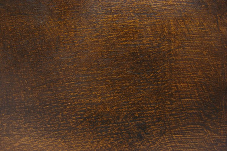 Un acabado con laca agrega un brillo lustroso a prueba de agua a la madera.