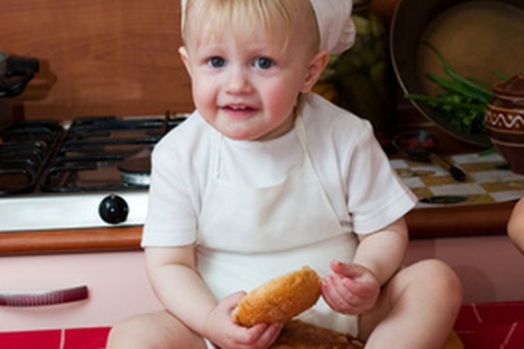 Deja que los niños se disfracen para su rol de restaurante.
