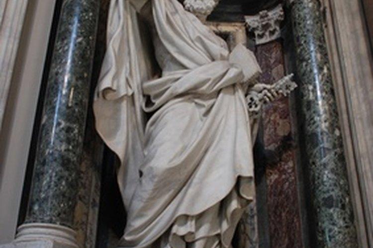 Considera tanto a los santos muy conocidos como a los que no lo son.