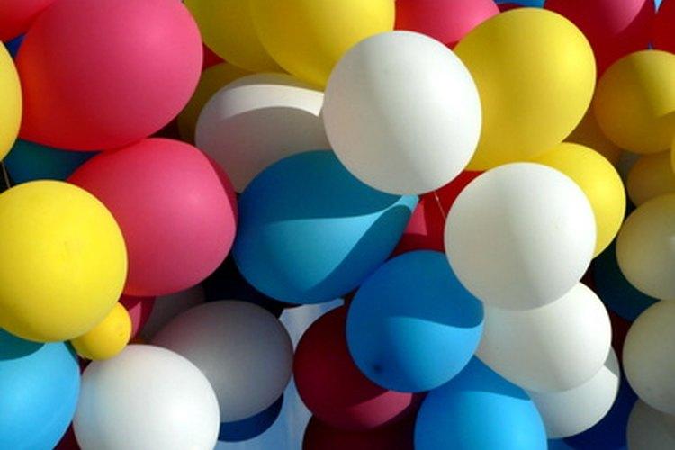 Di gracias con globos amarrados enfrente de un porche o silla de oficina.