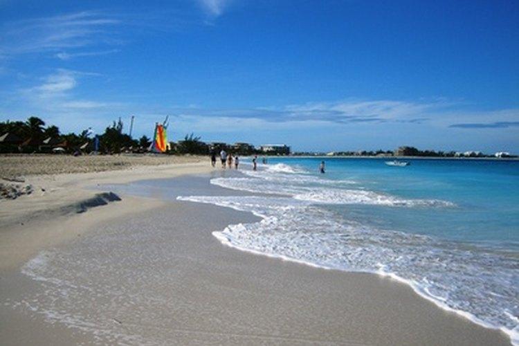 Es fácil visitar o hacer negocios en las Bahamas; ni siquiera necesitas una visa. Las visas de trabajo son mucho más difíciles de conseguir.