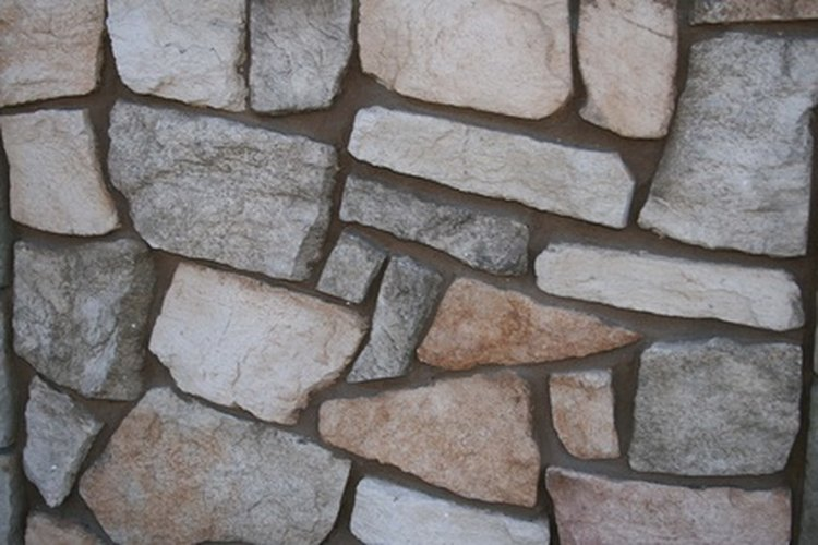 Haz una pared de exterior decorativa con rocas.