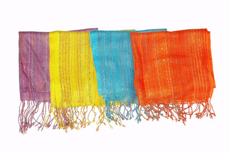 Añade una colorida bufanda, un chal o un broche para proporcionar un aire festivo.