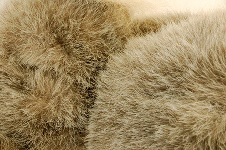 La gente en Alaska utiliza atuendos de piel.