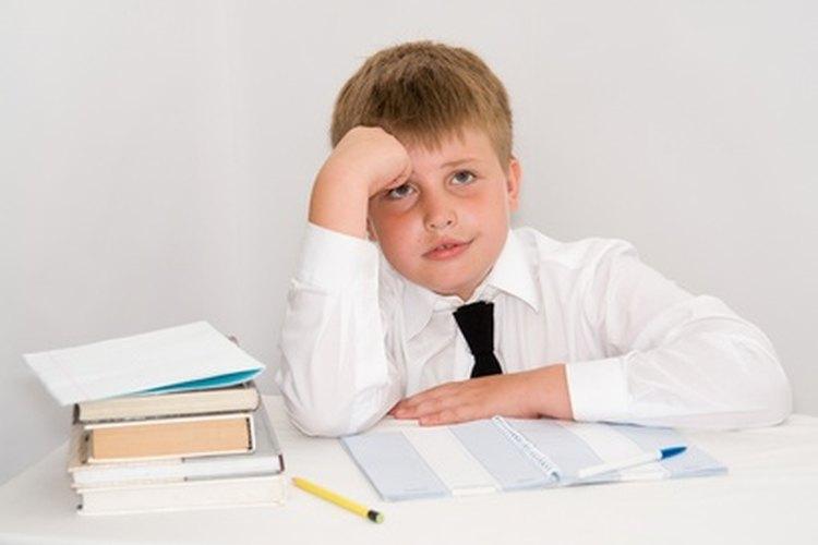 Un niño disléxico a menudo se frustra por las asignaciones de tareas.
