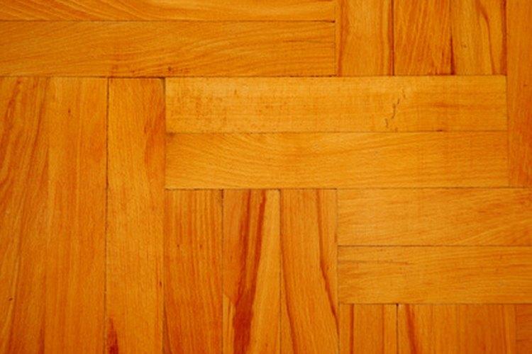 Protege los pisos de madera con Varathane Diamond, solución a base de agua.