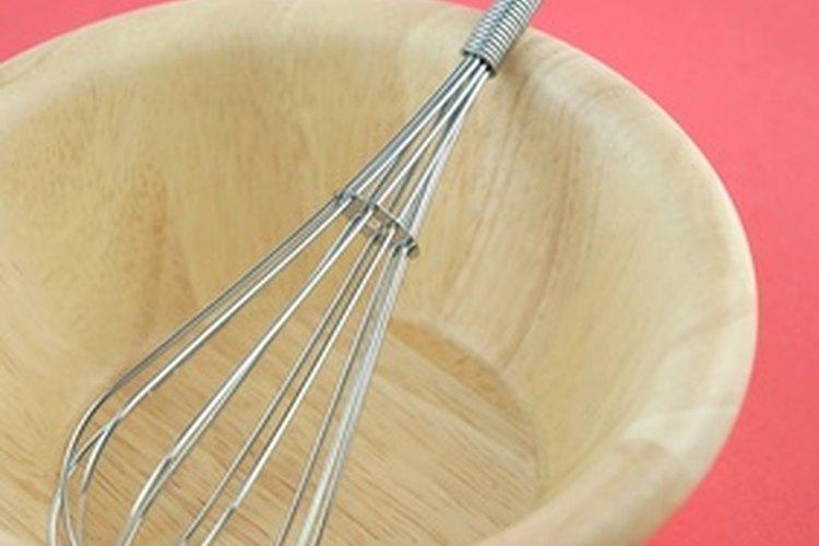 Usa un batidor de alambre para combinar los ingredientes secos.