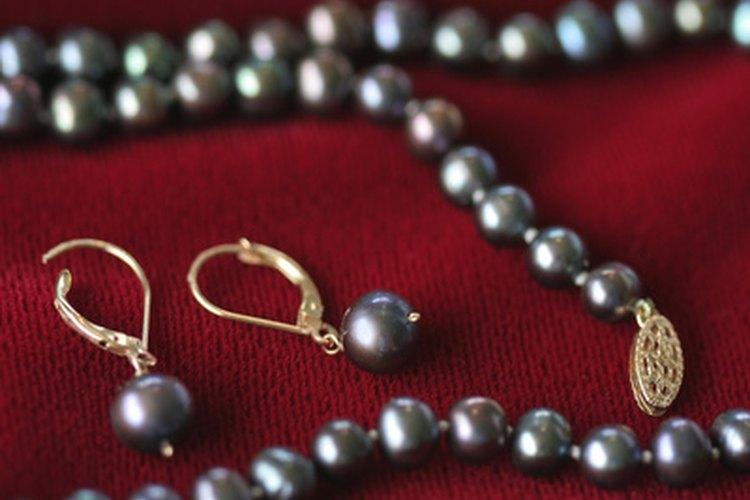 Las perlas negras significan esperanza en un momento de dolor.