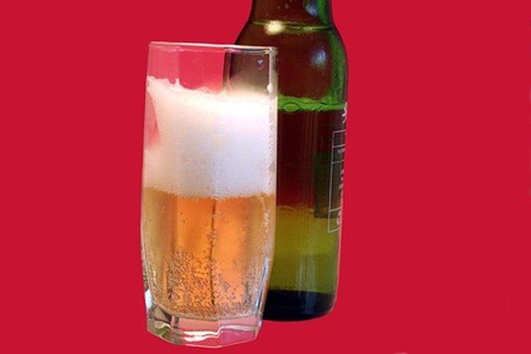 Una dieta baja en carbohidratos no tiene que significar no beber cerveza. Lee las etiquetas para ver los carbohidratos y calorías.