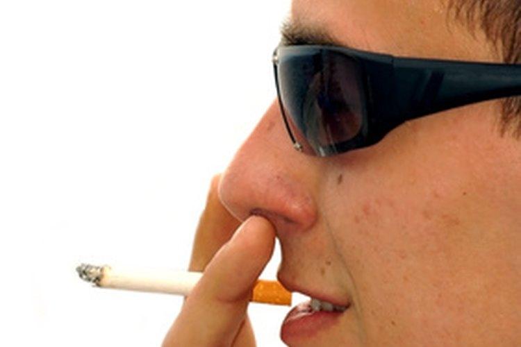 Algunos adolescentes fuman porque creen que los hace lucir bien.