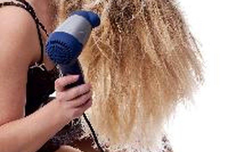 Seca tu cabello usando un difusor.