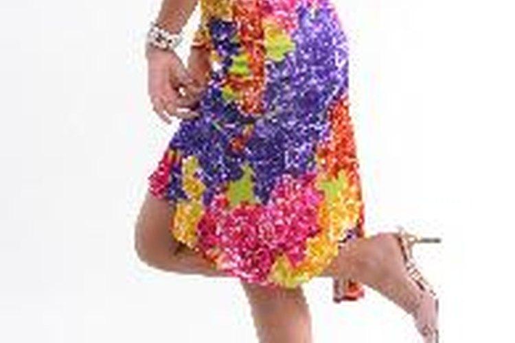 Un vestido corto es una buena opción para una boda de día.