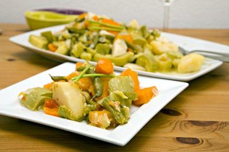 Hay muchos platos que puedes preparar con hojas, raíces, tallos, brotes y flores.