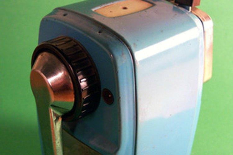 La manivela de un sacapuntas mecánico sirve como un eje.