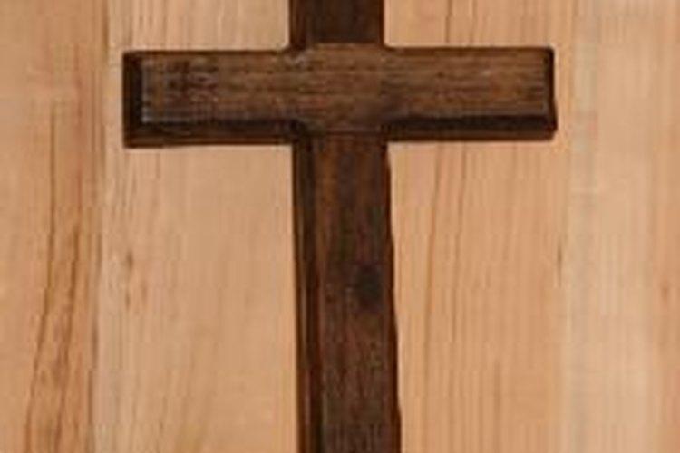 Haz una cruz de madera.