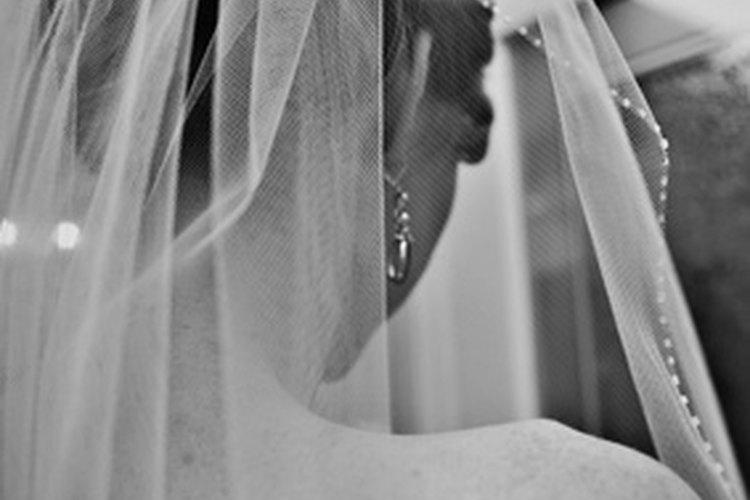 Las novias usan velo para simbolizar pureza.