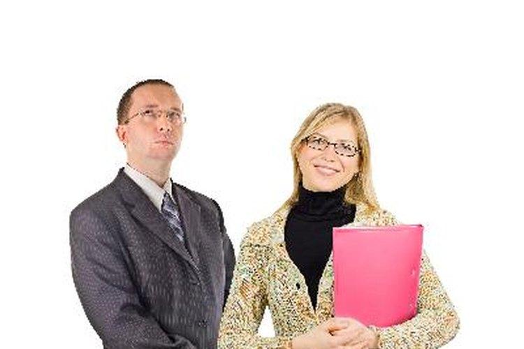 Las personalidades agresivas toman posturas rígidas, pero las asertivas son relajadas.