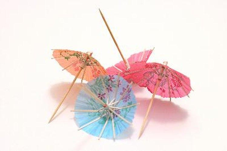 Las sombrillas miniatura utilizadas en las bebidas tropicales las encuentras en las tiendas de decoración para fiestas.
