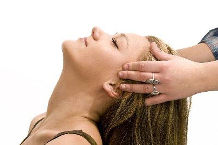 Los alisadores capilares son productos químicos utilizados para alisar el cabello grueso, rizado y ondulado.