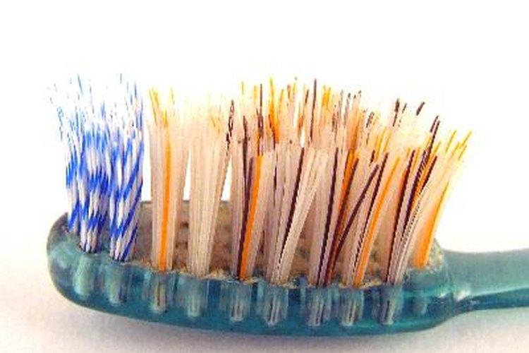 Usa un cepillo de dientes para quitar las manchas pegadas.