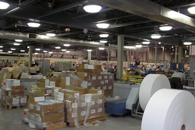 Los empleados de almacén mueven los materiales a través de la tienda o compañía.