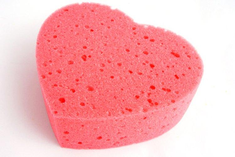 Una esponja ayuda a eliminar las manchas superficiales en las hornillas eléctricas.
