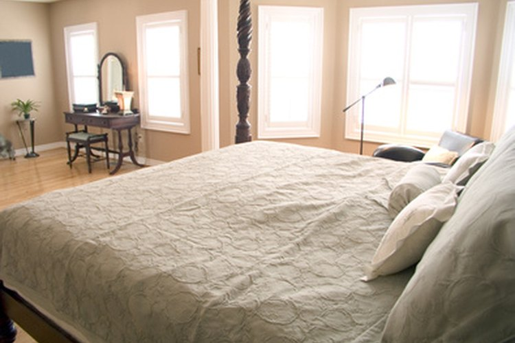 Las paredes blancas resaltan la luz natural de un dormitorio.