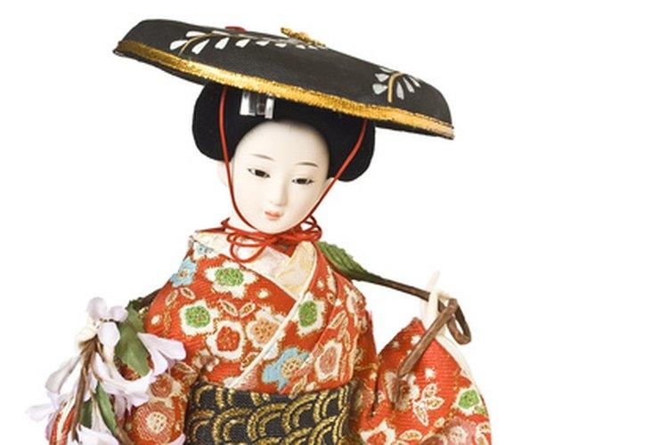 Una muñeca usando un colorido quimono tradicional