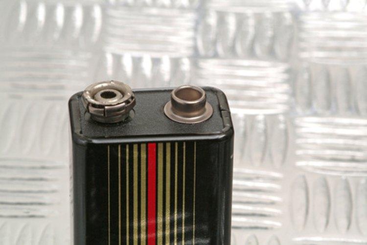 Una batería de 9 voltios tiene un clip porta-pilas a presión.