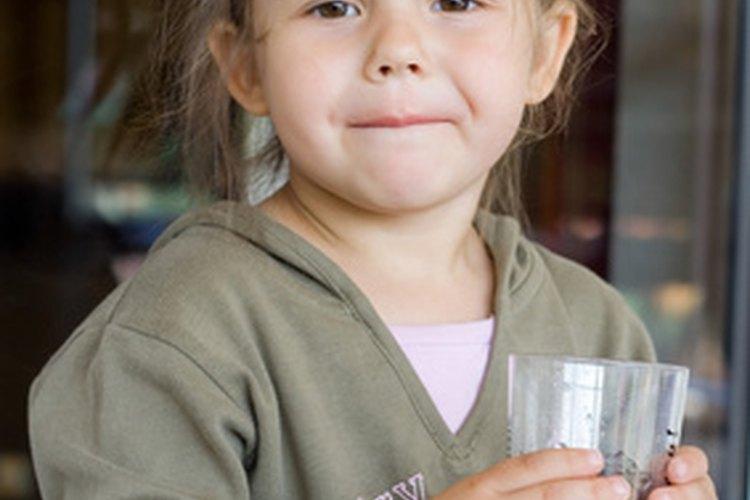 La mayoría de los niños no beben suficiente agua cada día.