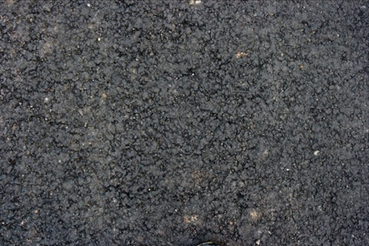 El asfalto es la superficie sólida más común para los estacionamientos.