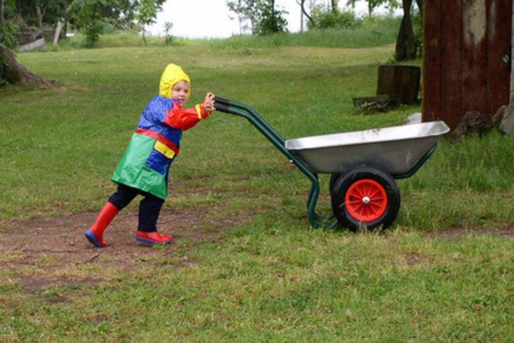 El juego al aire libre es una forma natural de promover el desarrollo físico de un niño.