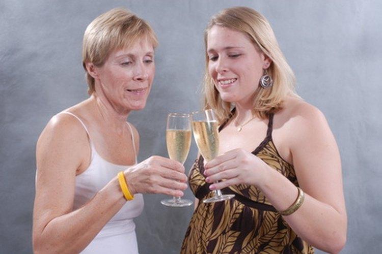 Compartir un brindis para honrar al graduado hace normalmente sonreír a todos.