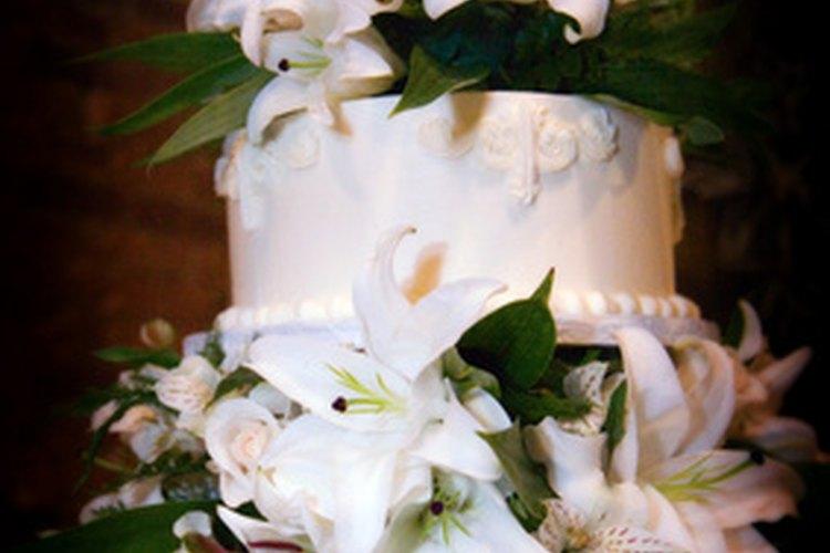 Las tortas de boda se pueden caracterizar por las flores frescas como decoración.
