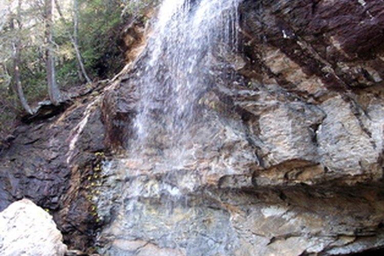 Crea una cascada natural con piedras recogidas del área.
