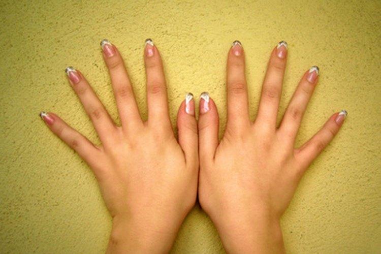 Agrega algunos detalles especiales a tu manicura.