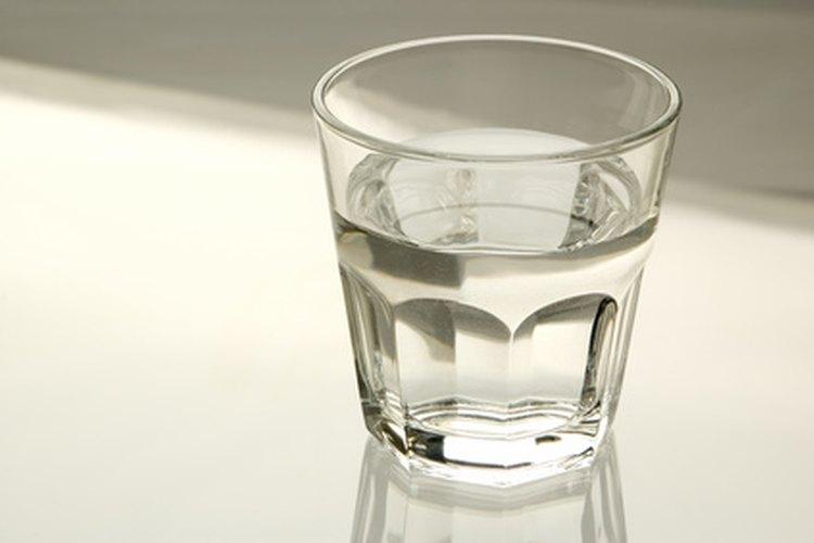 Agregar un poco de agua u otro líquido ayuda a que la licuadora haga el puré con los alimentos.
