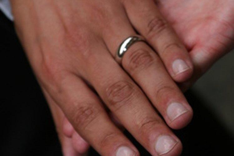 Las uñas sanas y atractivas mejoran la apariencia de un hombre.