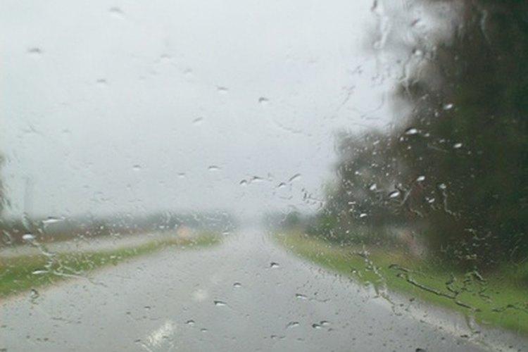 La lluvia ocasiona caminos resbalosos y baja visibilidad para los conductores.