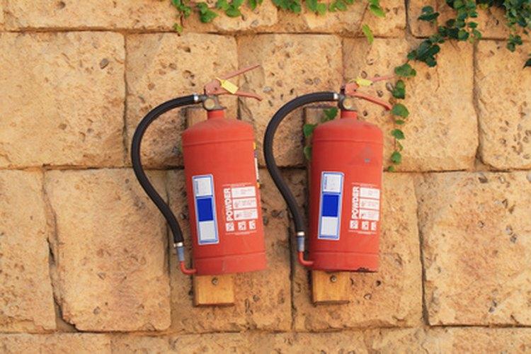 Monta extintores en las paredes para acceso rápido.