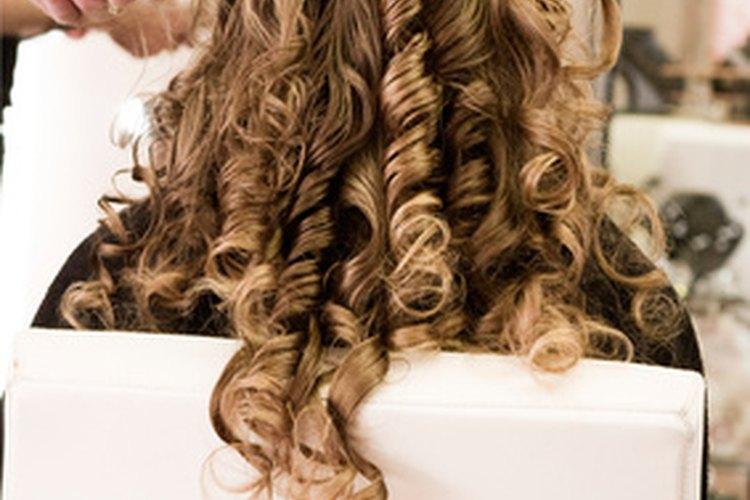 El cabello rizado cae en largos bucles o rizos apretados.