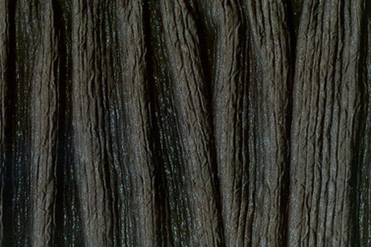 Cose rápidamente el dobladillo de una cortina sin sacarla del cortinero utilizando una máquina de coser portátil.