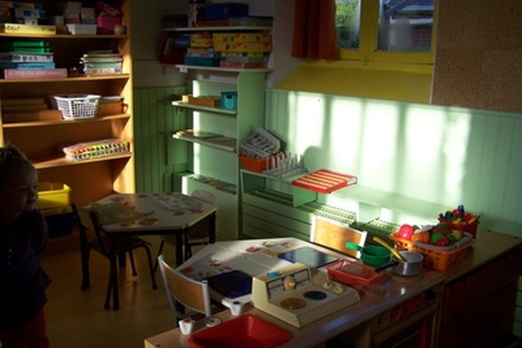 Las actividades Montessori requieren el colocar los materiales en estantes para que los niños puedan tomarlos.