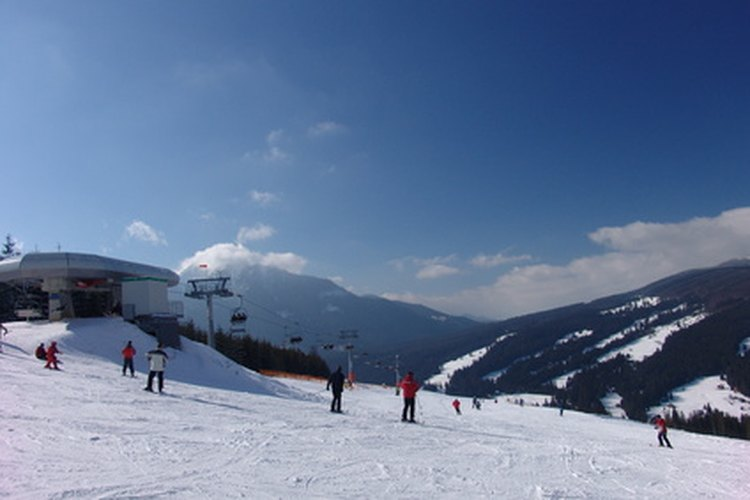 Una buena chaqueta de esquí mantiene al esquiador cómodo en las pistas.