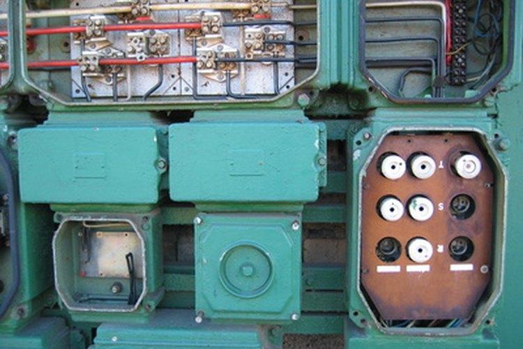 Las cajas eléctricas metálicas albergan componentes tales como fusibles.