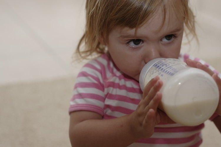 Los niños pequeños usualmente están listos para consumir leche de vaca después de su primer cumpleaños.