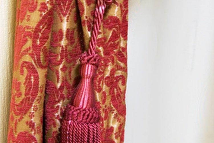 Quita las manchas de grasa de las cortinas con algunos materiales de limpieza básicos.